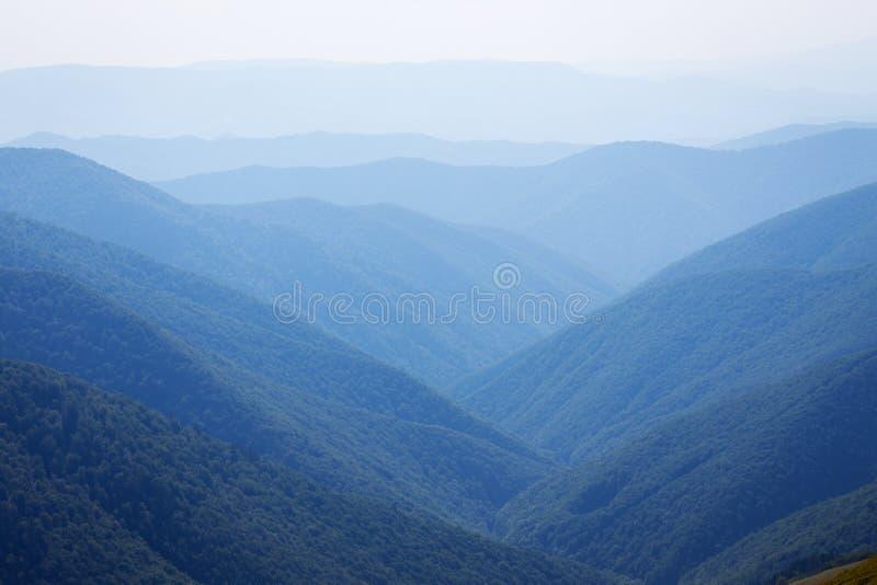 sikt av bergen i Carpathians royaltyfria bilder