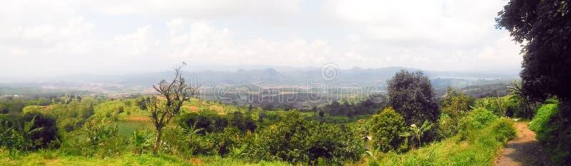 Sikt av bergen i den västra Javaen av Indonesien royaltyfria bilder