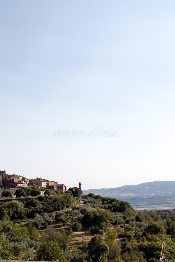 Sikt av bergen mellan umbria och tuscany i Italien royaltyfri bild