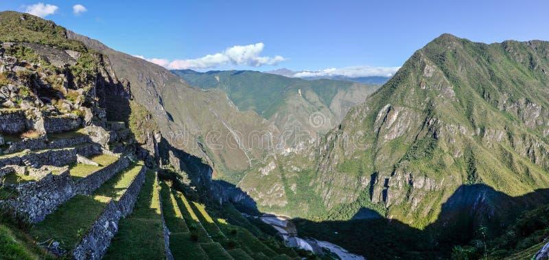 Sikt av bergen runt om Machu Picchu, den sakrala staden av in royaltyfri foto