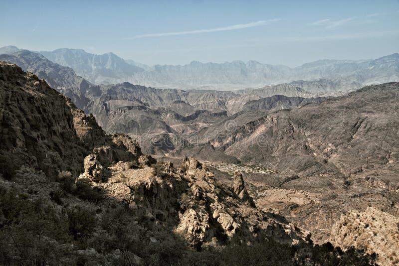 sikt av bergen av Wadi Bani Awf i västra Hajar royaltyfri fotografi