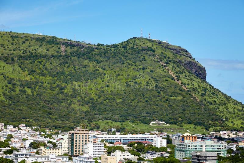 Sikt av berget nära staden av Port Louis royaltyfri foto