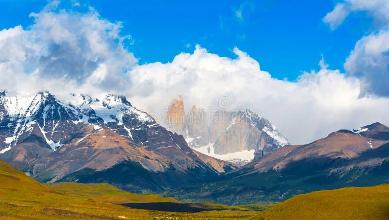 Sikt av berglandskapet i nationalparken Torres del Paine, Patagonia, Chile, Sydamerika Kopiera utrymme för text royaltyfri fotografi