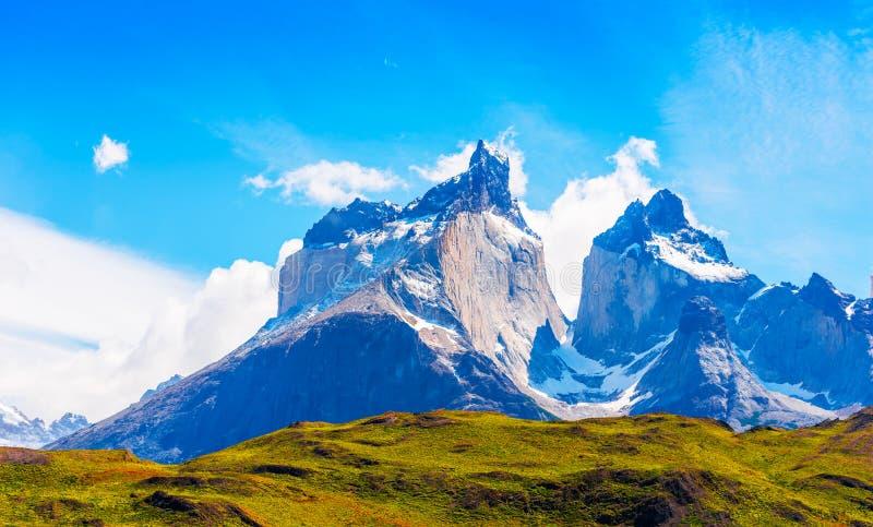 Sikt av berglandskapet i nationalparken Torres del Paine, Patagonia, Chile, Sydamerika Kopiera utrymme för text arkivfoton