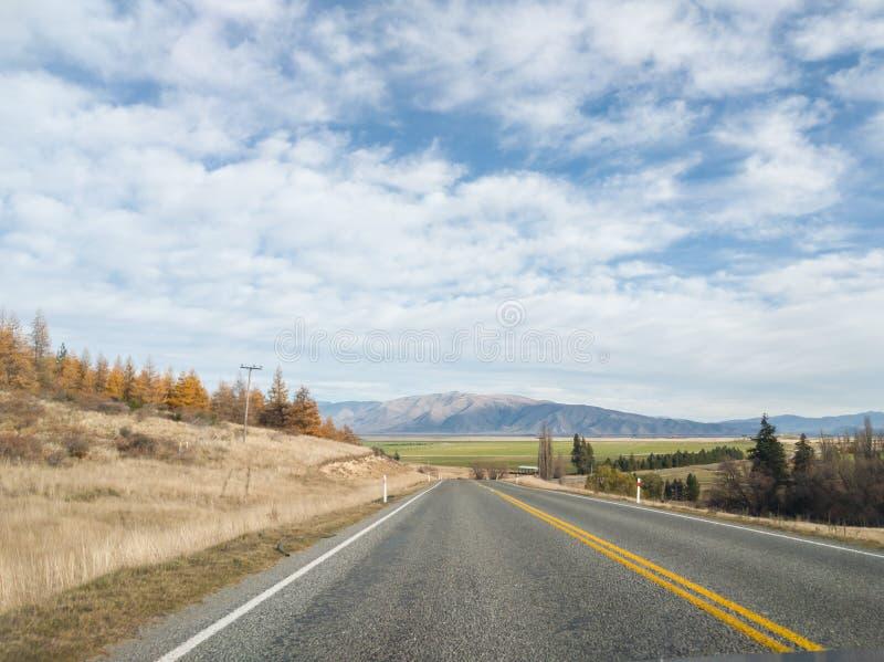 Sikt av bergskedja för sydliga fjällängar från vägen, Wanaka, Nya Zeeland royaltyfri bild