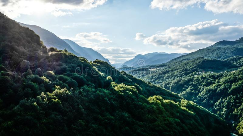 Sikt av bergskogdalen på en solig dag royaltyfri fotografi