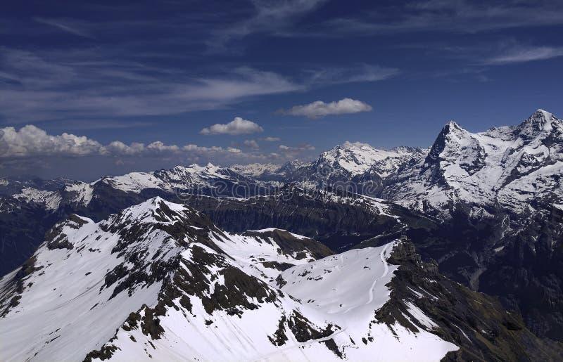 Sikt av Bernese schweiziska fjällängar som tas från Schilthornen fotografering för bildbyråer
