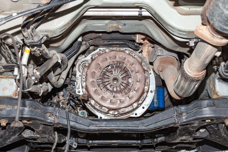 Sikt av bilens kopplingkorgen under reparationen av en bil lyft på en elevator i ett medelunderhållsseminarium Bransch i arkivfoton