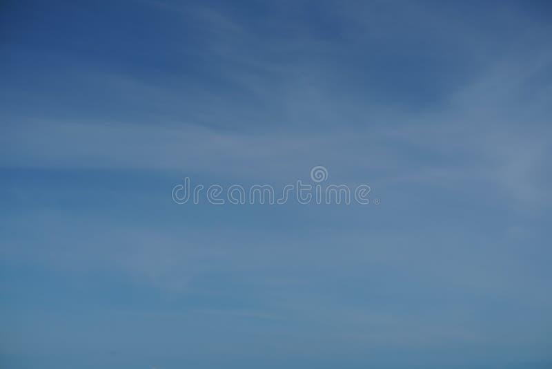 Sikt av blå himmel för ljus lutning med det ljusa vita molnet ovanför havet royaltyfri foto