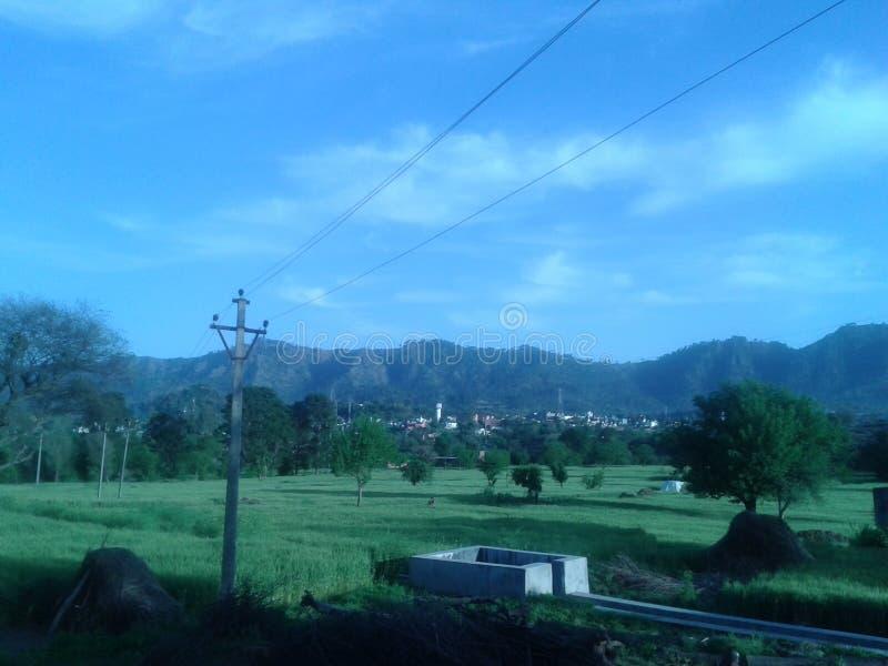 Sikt av blå himmel från en by royaltyfria foton