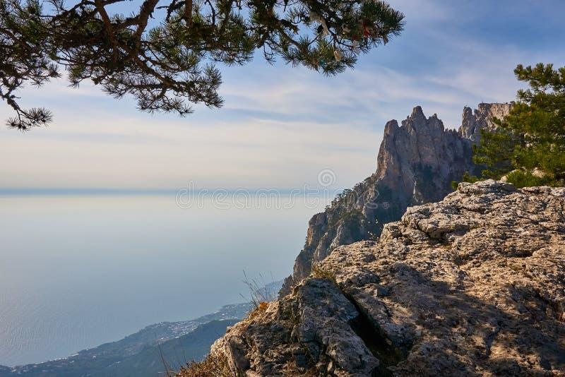 Sikt av Blacket Sea från det Crimean berget Ai Petri På vänstersidan är ett fragment av sörjer Till rätten av vaggamassiven plac arkivfoto
