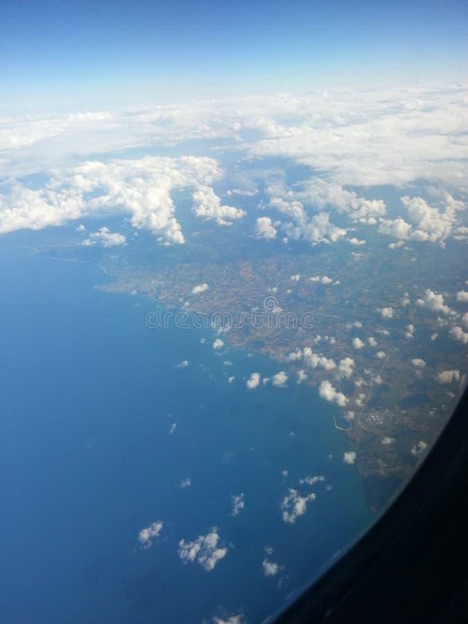 sikt av Blacket Sea till och med fönstret fotografering för bildbyråer