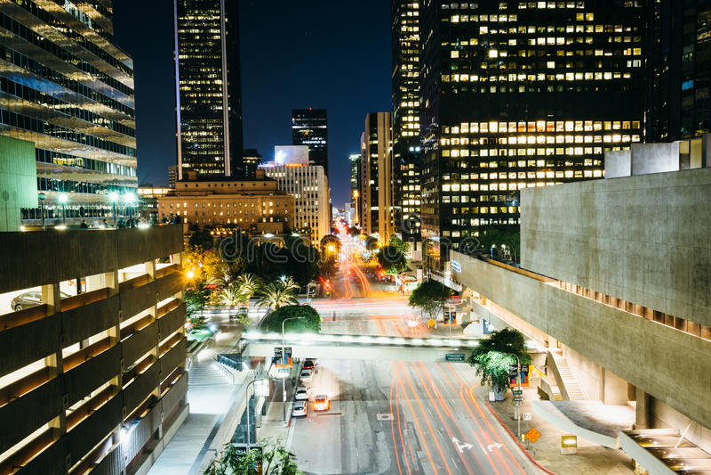 Sikt av blommagatan på natten, i i stadens centrum Los Angeles, Califor royaltyfria foton
