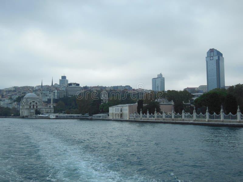 Sikt av Bosphorusen och staden från nöjefartyget, Istanbul royaltyfria bilder