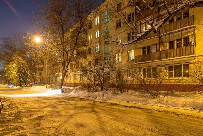 Sikt av bostads- fjärdedelar i Moskva på en vinternatt arkivfoton