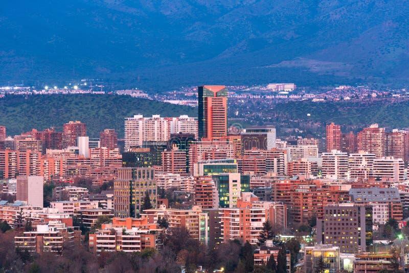 Sikt av bostads- och kontorsbyggnader på det förmögna området av Las Condes i Santiago fotografering för bildbyråer