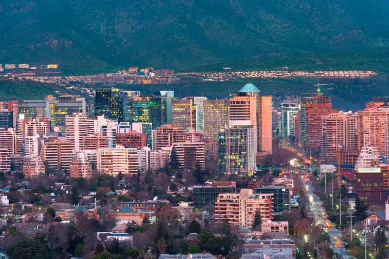 Sikt av bostads- och kontorsbyggnader på det förmögna området av Las Condes i Santiago royaltyfri fotografi