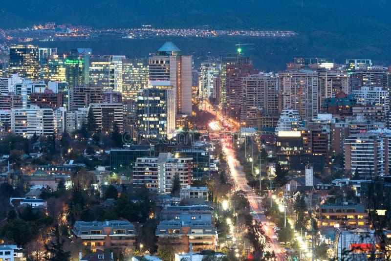 Sikt av bostads- och kontorsbyggnader på det förmögna området av Las Condes i Santiago royaltyfri foto