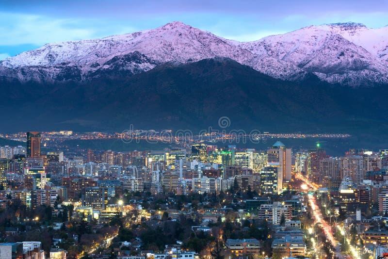 Sikt av bostads- och kontorsbyggnader på det förmögna området av Las Condes i Santiago de Chile royaltyfri fotografi