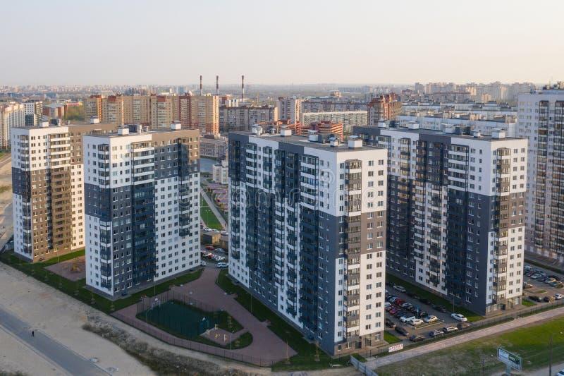 Sikt av bostadsområdet av St Petersburg på soluppgång, moderna byggnader, parkering, bilar, nybygge royaltyfria foton