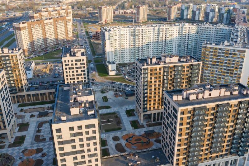 Sikt av bostadsomr?det av St Petersburg p? soluppg?ng, moderna byggnader, parkering, bilar, nybygge royaltyfria bilder