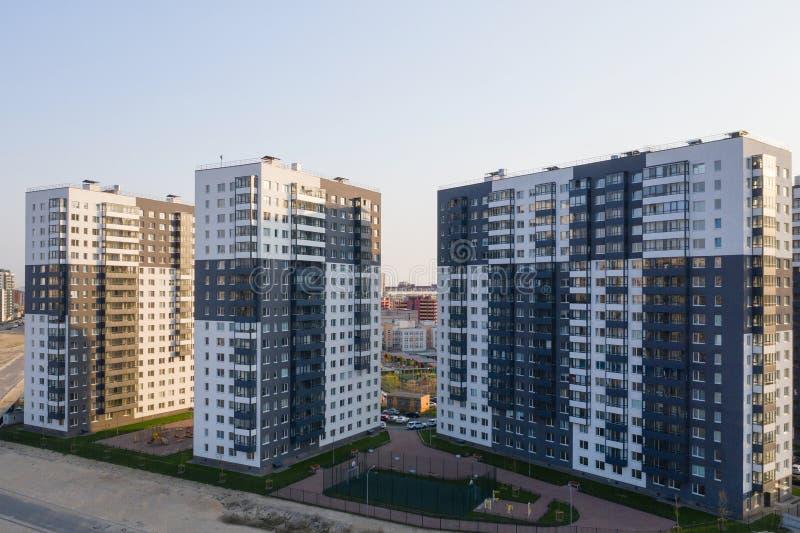 Sikt av bostadsomr?det av St Petersburg p? soluppg?ng, moderna byggnader, parkering, bilar, nybygge arkivfoton