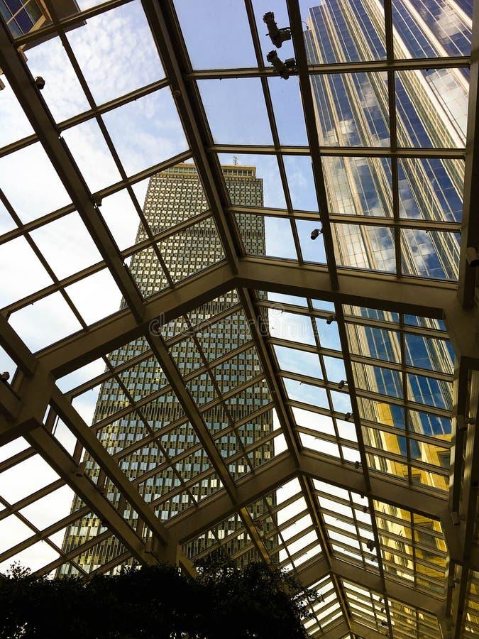 Sikt av Boston skyskrapor till och med det glass taket arkivbilder
