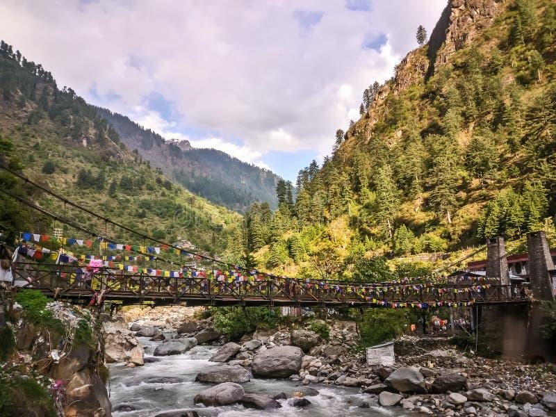 Sikt av bron över den Parvati floden Manikaran med termiska vårar är en pilgrimsfärdmitt för Hindus och Sikhs arkivbilder