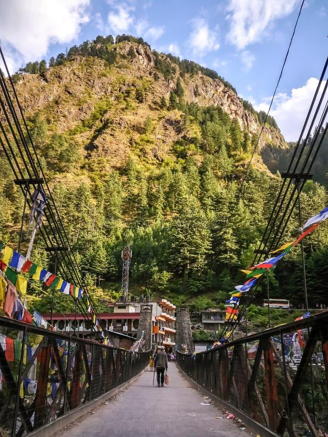 Sikt av bron över den Parvati floden Manikaran med termiska vårar är en pilgrimsfärdmitt för Hindus och Sikhs royaltyfri fotografi