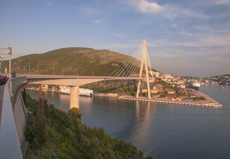 Sikt av bron av det slovakiska nationella upproret arkivfoton