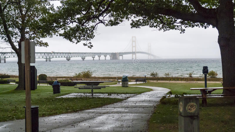 Sikt av bron från den Michilimackinac delstatsparken fotografering för bildbyråer