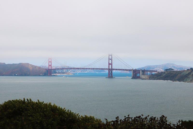 Sikt av bron, halva som döljas i dimman arkivbild