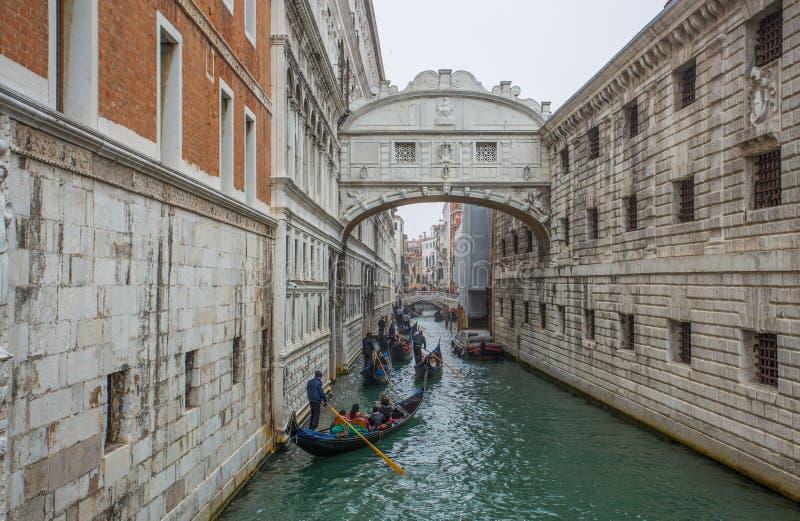 Sikt av bron av Sighs Ponte deien Sospiri med de typiska gondolerna i Venedig, Venezia, Italien arkivfoto