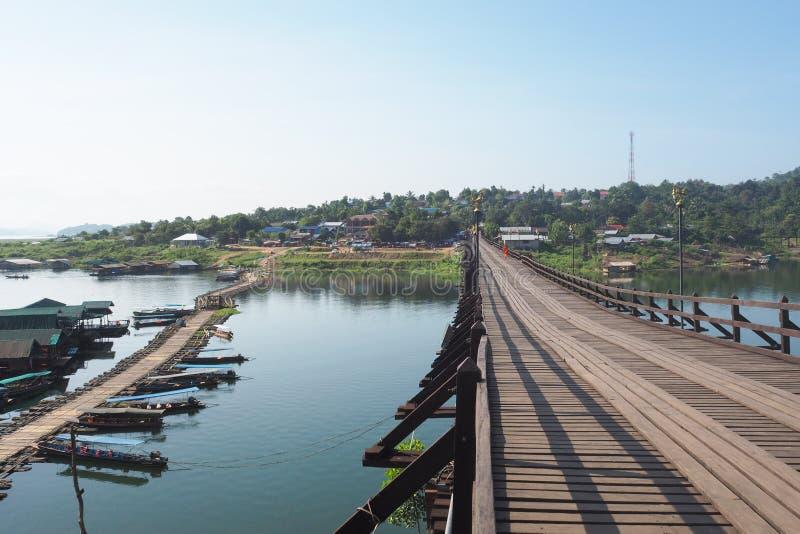 Sikt av bron som göras av trä med den skapade tillfälliga bron tillbaka när bron Tangentviktig av Sangkhlaburi Kanchanaburi royaltyfria bilder