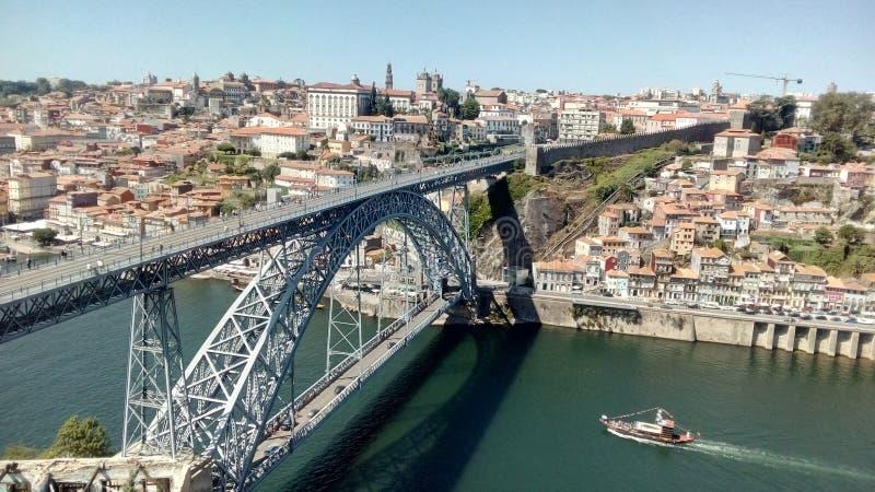 Sikt av brouniversitetsläraren luis I i Porto, Portugal royaltyfri foto