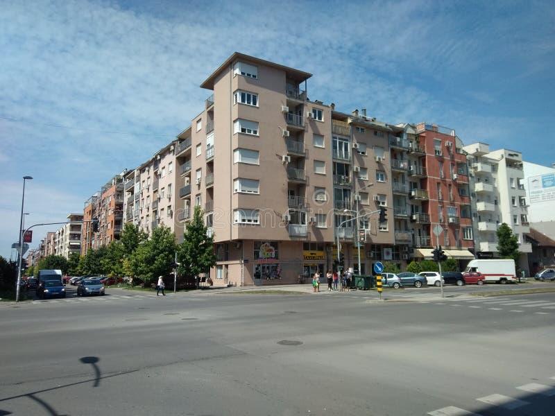 Sikt av Bulevar Evropa i Novi Sad, Serbien, blå himmel royaltyfria foton