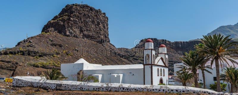Sikt av byggnaden av den kyrkliga Ermitaen Nuestra Sra De las Nieves, Puerto las Nieves, Las Palmas, Spanien Kopiera utrymme f?r  royaltyfria bilder