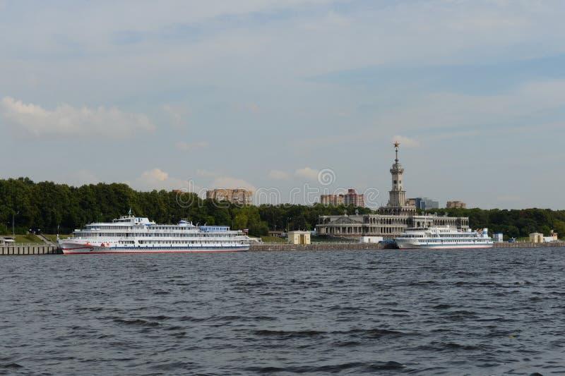 Sikt av byggnaden av den nordliga flodstationen från den Khimki behållaren i Moskva arkivfoton