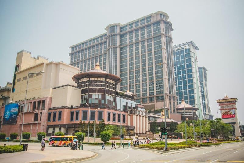 Sikt av byggnaden för kasino och för lyxigt hotell i Taipa den i stadens centrum gatan i Macao royaltyfri foto