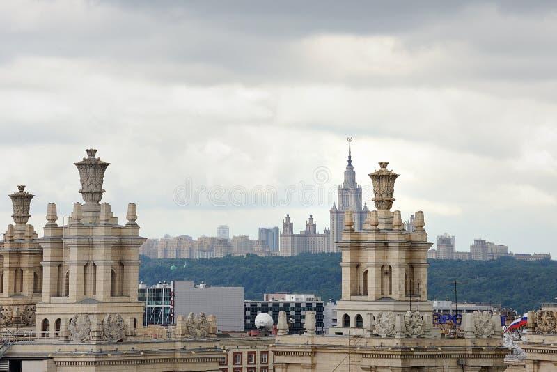 Sikt av byggnaden av hotellet 'Ukraina 'och byggnaden av Moskvadelstatsuniversitetet arkivbilder