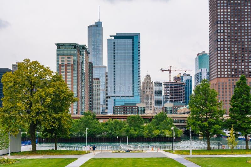Sikt av byggnader fr?n marinpir, i Chicago, Illinois arkivbilder