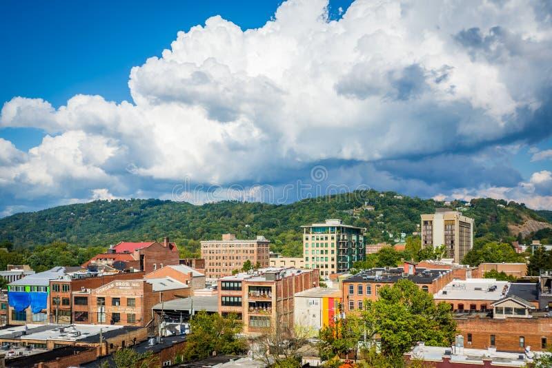 Sikt av byggnader i centrum- och stadberg, i Asheville, N royaltyfria foton