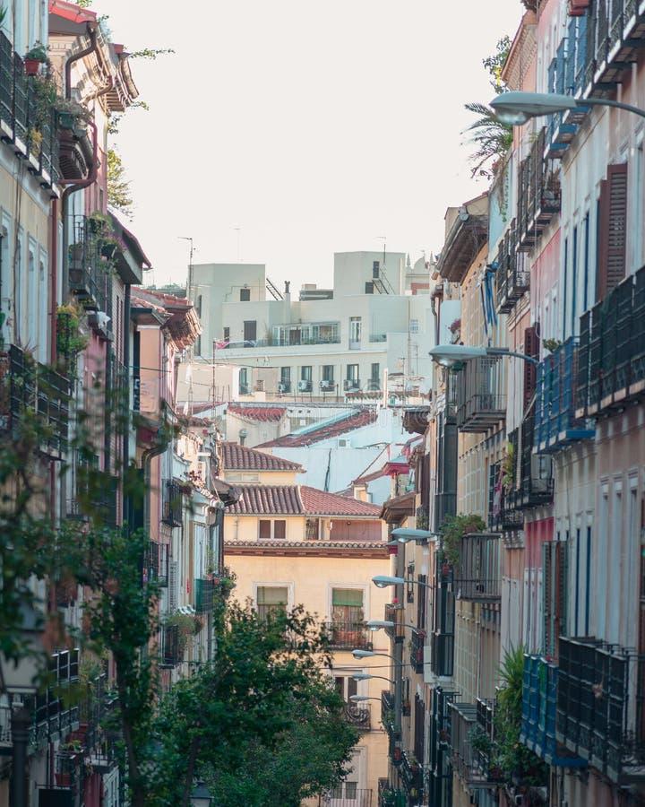Sikt av byggnader i den Malasaña grannskapen Madrid, Spanien royaltyfri foto