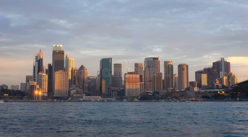 Sikt av byggnader i stad av Sydney under solnedgångtid famoen arkivbild