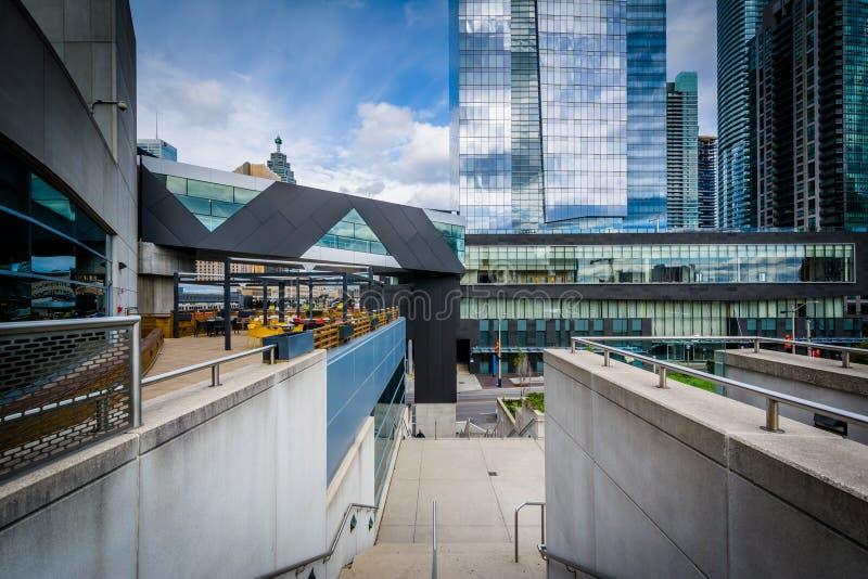 Sikt av byggnader på den Simcoe gatan från regelmitten in arkivfoton