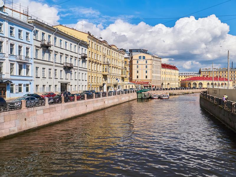 Sikt av byggnaderna längs den Moyka floden St Petersburg Ryssland royaltyfri fotografi