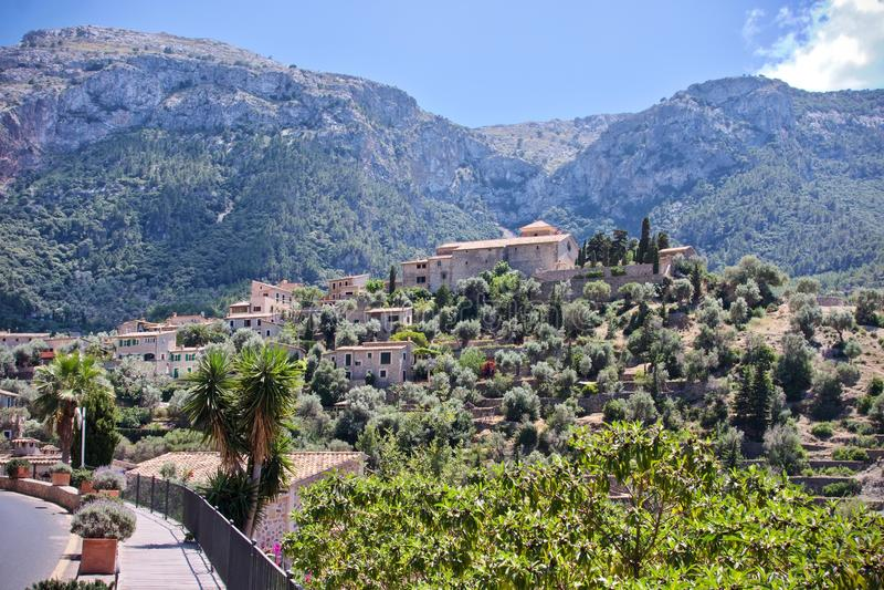 Sikt av byn Deia, Mallorca, Spanien royaltyfria bilder