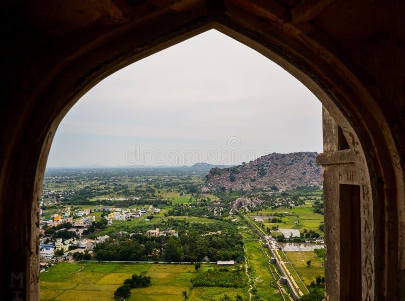 Sikt av byn från gallerit av fortet i Tamil Nadu, Indien arkivbild