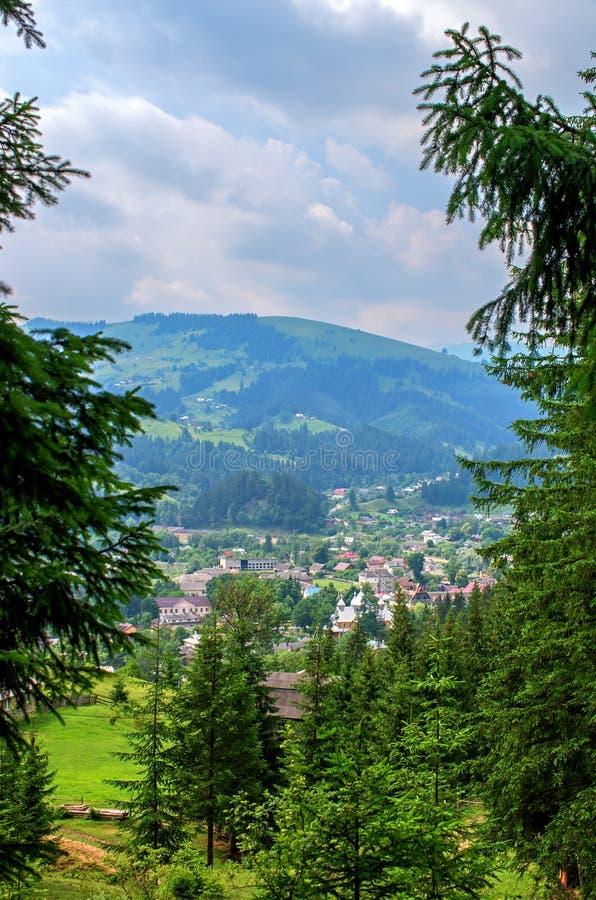 Sikt av byn i bergen royaltyfri bild