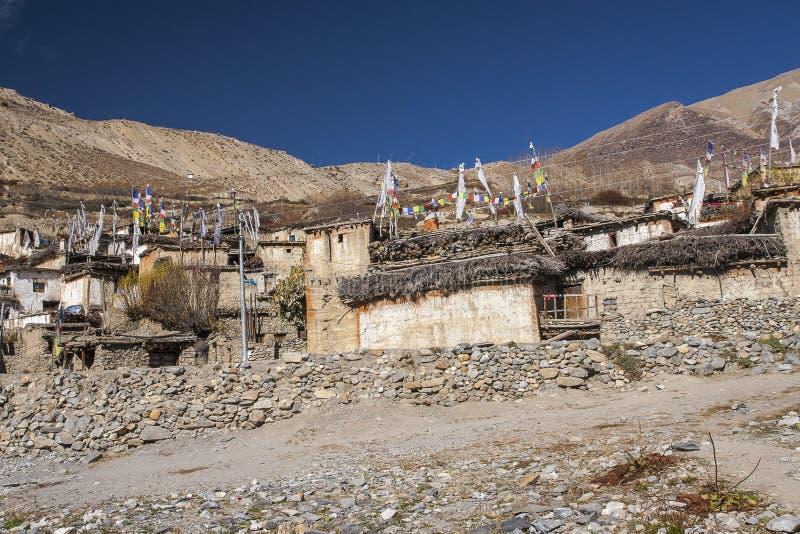 Sikt av byn Jhong runt om Muktinath fotografering för bildbyråer